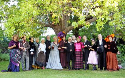 Comment réussir les photos - images d'illustration mettant en scène un groupe de personnes dans un éclairage doux sous le feuillage d'un arbre