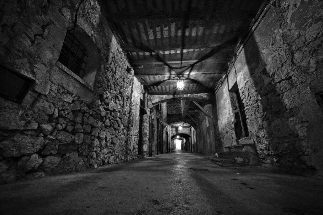 Rue obscure Villefranche-sur-Mer avec le Laowa 9mm